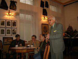 Wiesław Geras otwiera seminarium. Siedzą: Stefan Mrowiński, Andrzej Żurowski i Tomasz Miłkowski