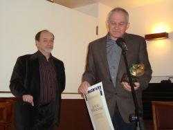 Janusz Wiśniewski po otrzymaniu Nagrody z rąk prezesa polskiej sekcji AICT, Tomasza Miłkowskiego