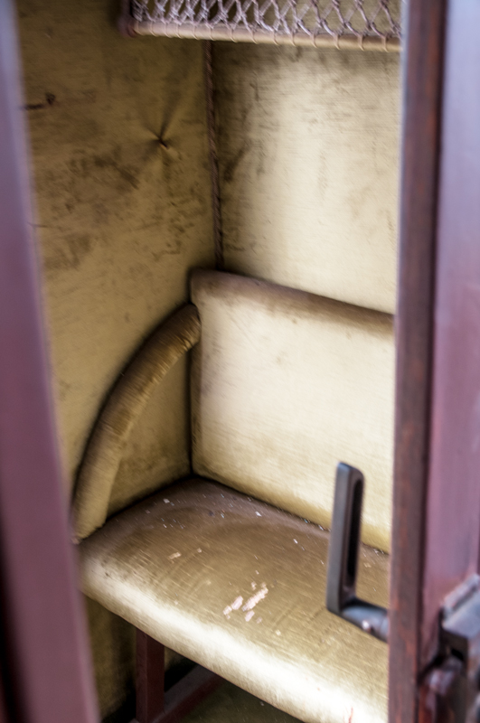 Eserleku hutsa (Empty seat)