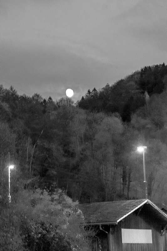 Ilargia ezkutuka (Moon hiding)