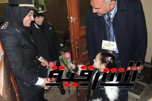 طالبة تهدى ضابطات الشرطة الورود