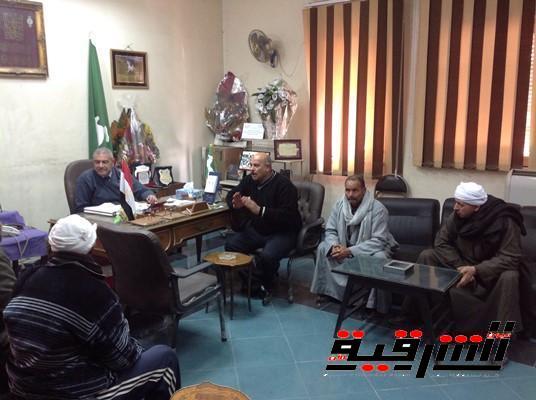 جلسة صلح عرفية بين عائلتين بالزهراء بمكتب رئيس مدينة الزقازيق
