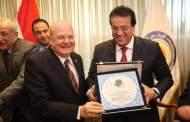 وزير التعليم العالي يكرم رئيس جامعة الزقازيق خلال الإجتماع الدوري للمجلس الأعلى للجامعات