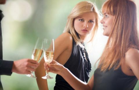 لماذا تغير المرأة من زوجها! .. ومتي تغير عليه؟