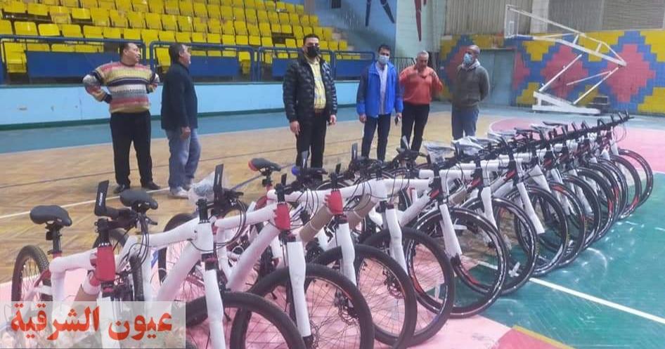 وكيل وزارة الشباب والرياضة بالشرقية يسلم دراجات مبادرة