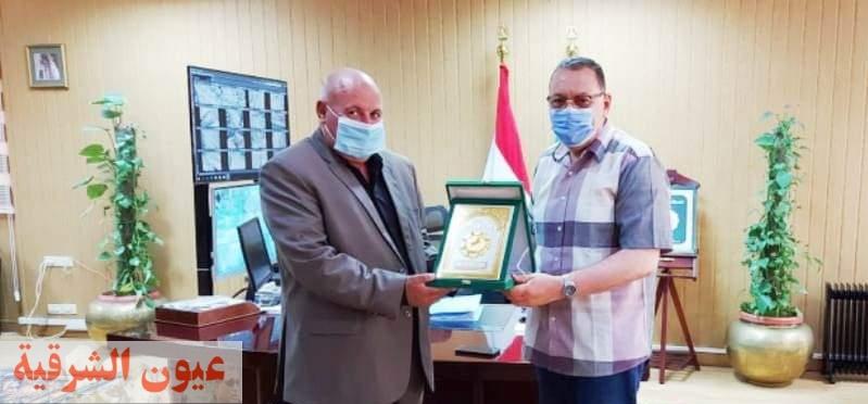 محافظ الشرقية يُكرم رئيس مدينة منشأة أبوعمر لبلوغه السن القانوني للمعاش