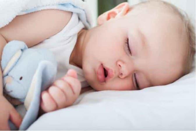 lit Montessori bébé dort airnounou