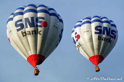 PH-SNS en PH-SGN Cameron O-105 van de SNS Bank (Oldenzaal 1998)