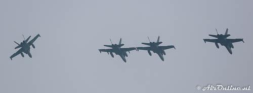 4x F-18C FinAF in de break voor de landing
