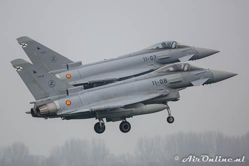 C.16-27 en C.16-28 Eurofighter EF2000 Typhoon Spanish Airforce met z'n tweeën in de landing