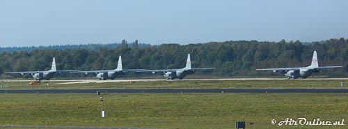 4x Lockheed C-130H USAF ANG taxiën uit voor hun vlucht naar Groesbeek