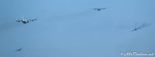 4x Lockheed C-130H USAF ANG klimmen uit voor hun formatievlucht boven Nederland