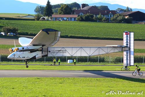 HB-SIB Solar Impulse 2 komt los, de racefietsers kunnen het niet meer bijhouden