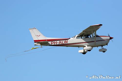 PH-ALW Reims/Cessna F172M Skyhawk II start met de sleepkabel nog vast gemaakt onder de romp