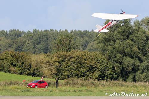 PH-ALW Reims/Cessna F172M Skyhawk II pikt in één poging de banner op