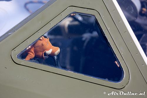 HB-RVJ met zijn mascotte in de cockpit
