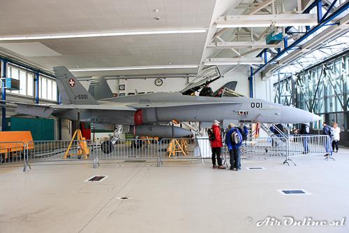 J-5001 F/A-18A Hornet staat binnen opgesteld voor publiek