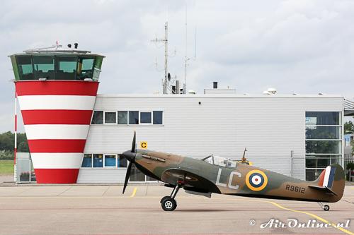 G-CGUK / R9612 Supermarine Spitfire MkI op het platform van Lelystad Airport