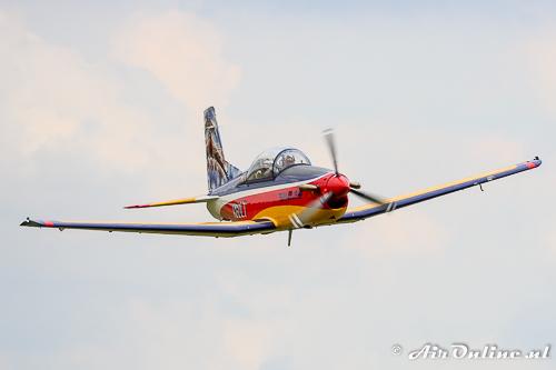 N60LT Pilatus PC-7 komt hard en laag voorbij