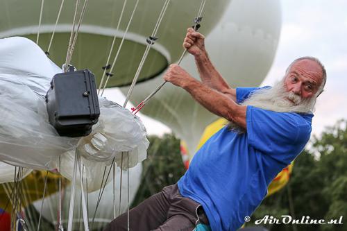 Logger wordt aangebracht (zwarte koffertje). Hiermee is real-time de postite van de ballon te zien.