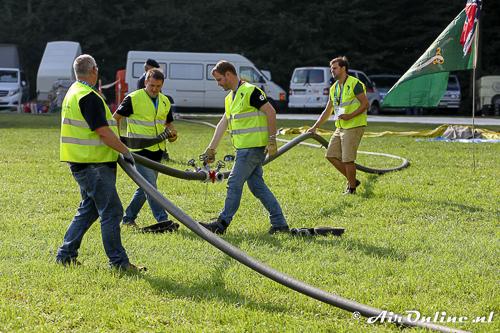 Met brandslangen wordt het gas op het veld naar de ballonnen gebracht