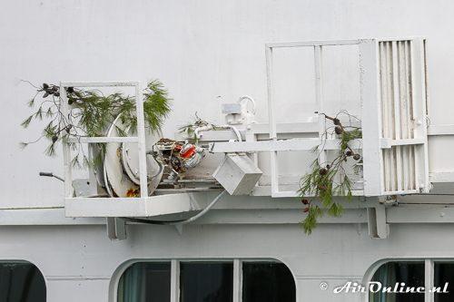De dennentakken hangen aan het schip, zo dicht vaart men langs de kant!