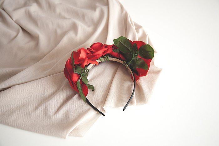 Corona de flores rojas