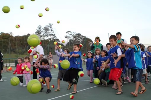 criancas bolas de tênis
