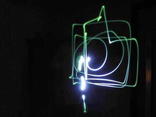 Desenhando com a lanterna.