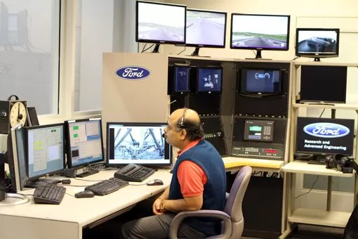Sala de controle do simulador Ford
