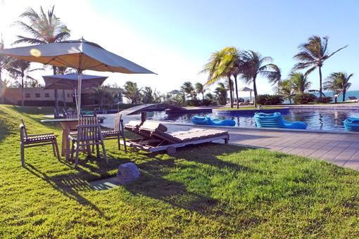 Carmel Charme Resort  mesa piscina