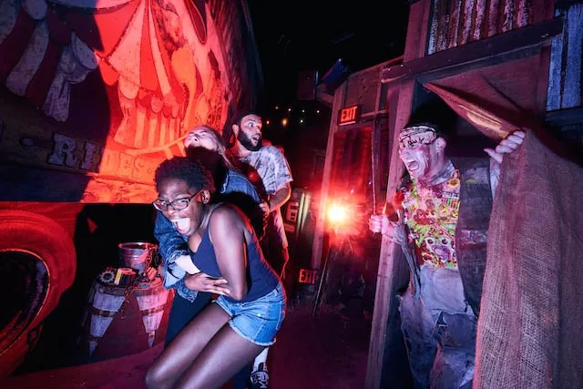 Carnival Graveyard Rust in Pieces Haunted House_HHN2018