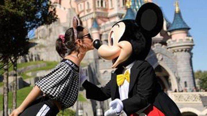 Bruna Marquezine e Neymar e Mickey na Disneyland Paris Foto: Disneyland Paris / Divulgação