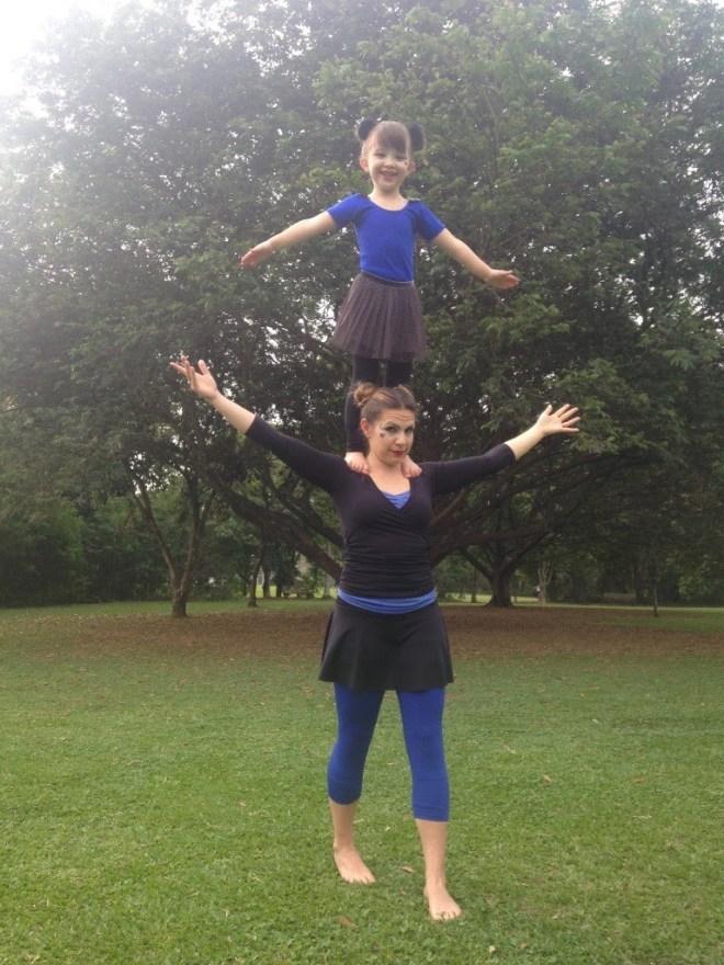 Patrícia Rizzi e sua filha em uma das aulas de acrobacia | Foto: Divulgação