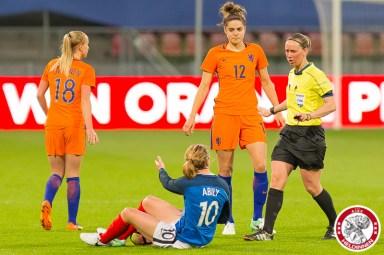07-04-2017: Voetbal: Vrouwen Nederland v Frankrijk: Utrecht Jackie Groenen of The Netherlands,Tessel Middag of The Netherlands, Camille Abily of France and Referee