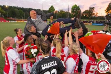 19-05-2017: Voetbal: Vrouwen Ajax v ADO den Haag: Amsterdam Ajaxvrouwen kampioen vrouwen eredivisie 2016-2017 Ed Engelkes trainer of Ajaxop handen van de speelsters