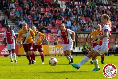 /03-09-2017: Voetbal: Vrouwen Ajax v Achilles 29: Amsterdam Eredivisie vrouwen Sportpark de toekomst seizoen 2017-2018 L-R Desiree van Lunteren of Ajax schiet de 2-0 binnen