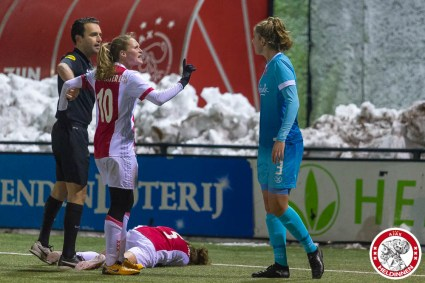 12-12-2017: Voetbal: Vrouwen Ajax v FC Twente: Amsterdam eredivisie vrouwen Sportpark de toekomst seizoen 2017-2018 L-R opstootje Ajax en Twente op de grond Davina Philtjens of Ajax, Desiree van Lunteren of Ajax Myrthe Moorrees (of FC Twente)