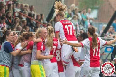 02-06-2018: Voetbal: Vrouwen Ajax v PSV: Spakenburg bekerfinale 2017-2018 L-R Ajax viert 1-0 met de bank