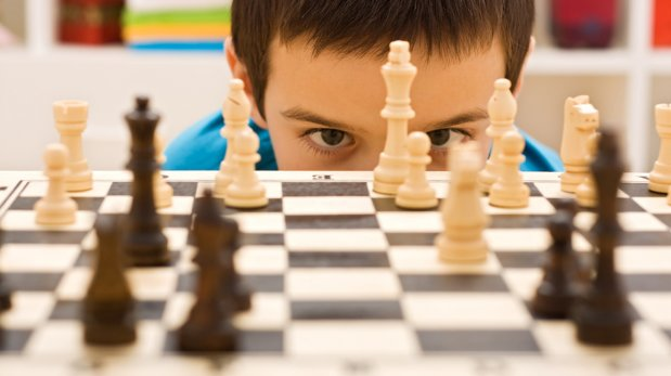 Niño concentrado jugando al ajedrez