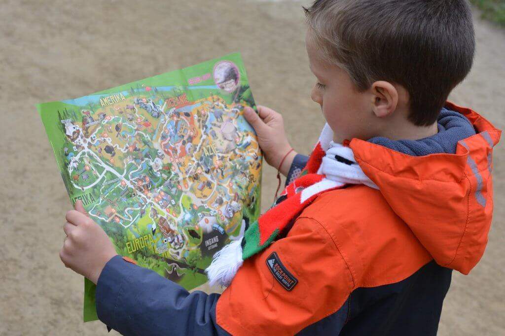 Niño con un mapa