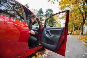 Mitä vanhuuteen varautuminen tarkoittaa turvallisen autoilun kannalta?