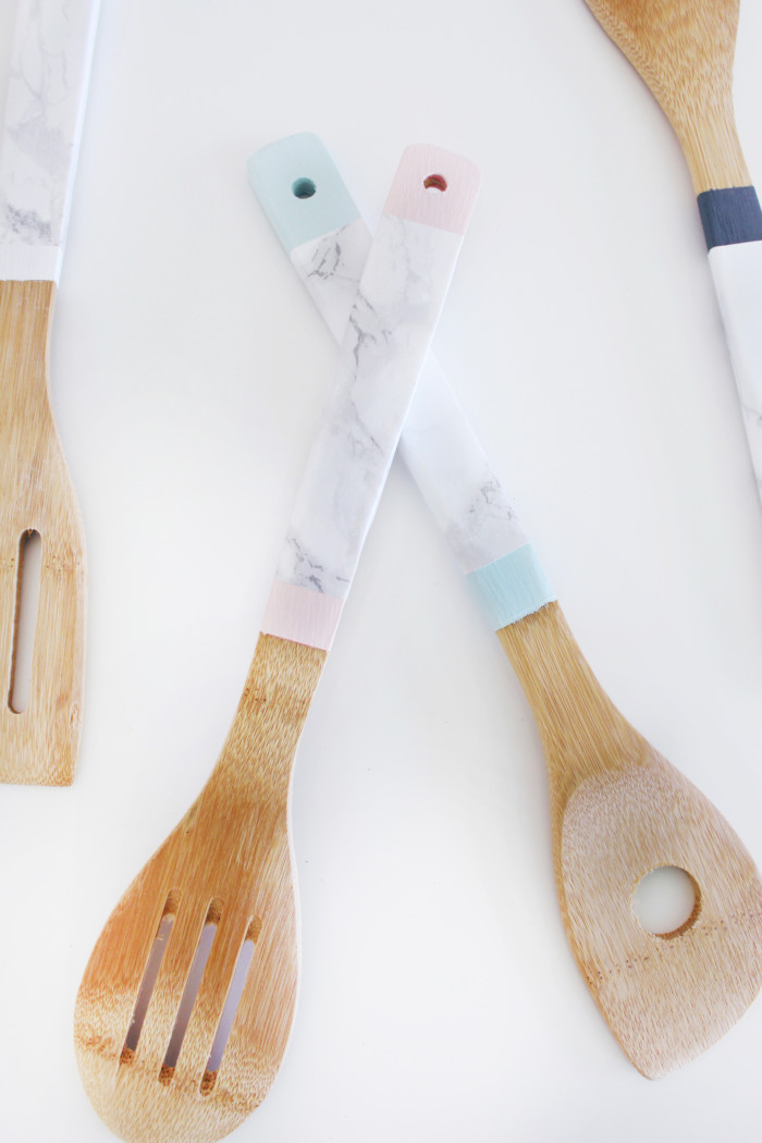 DIY marble and wood kitchen utensils (spoons, spatulas, etc) using faux marble are a great decor item or gift! from ajoyfulriot.com