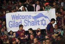 """صورة حركات احتجاج تطالب برشلونة بالتراجع عن تكريم الجندى الإسرائيلى """"شاليط"""""""