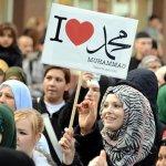 """مسلمات بريطانيا يدافعن عن الرسول """"ص """""""
