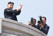 صورة كوريا الشمالية تفكك جزءا من الصاروخ الذي تنوي اطلاقه
