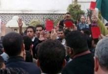 صورة متظاهرو الإسكندرية يشهرون الكارت الأحمر للرئيس مرسي