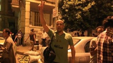 """صورة بعد بيان الجيش.. مصريون يرتدون قمصاناً تحمل """"48 ساعة"""""""