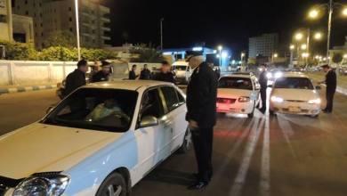 صورة اصابة رجل مرور بحالة حرجة بعد دهسه بسيارة استمرت بمسيرها مرفوعا على مقدمتها في شوارع المدينة