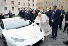 صورة بابا الفاتيكان يتبرع بثمن سيارته للعراق